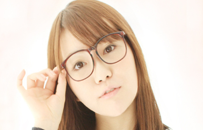 メガネをかける女性
